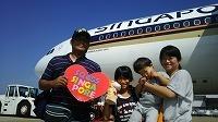 �@シンガポール航空ジェット機前での記念写真.jpg